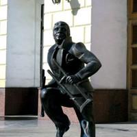Легендарный памятник у здания Областной травматологии